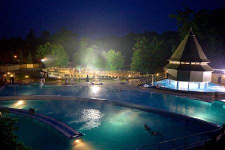 термальные купальни в Мишкольц-Тапольце вечером